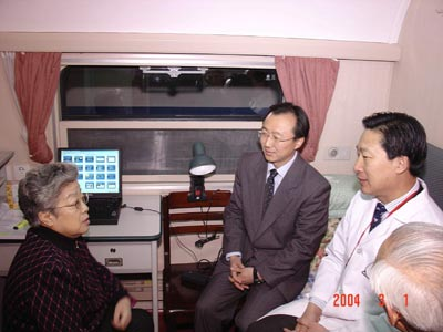 北京同仁醫院_吳儀副總理看望在健康快車上工作的專家